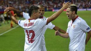 Ben Yedder, Mariano y Nasri celebran un gol del Sevilla.