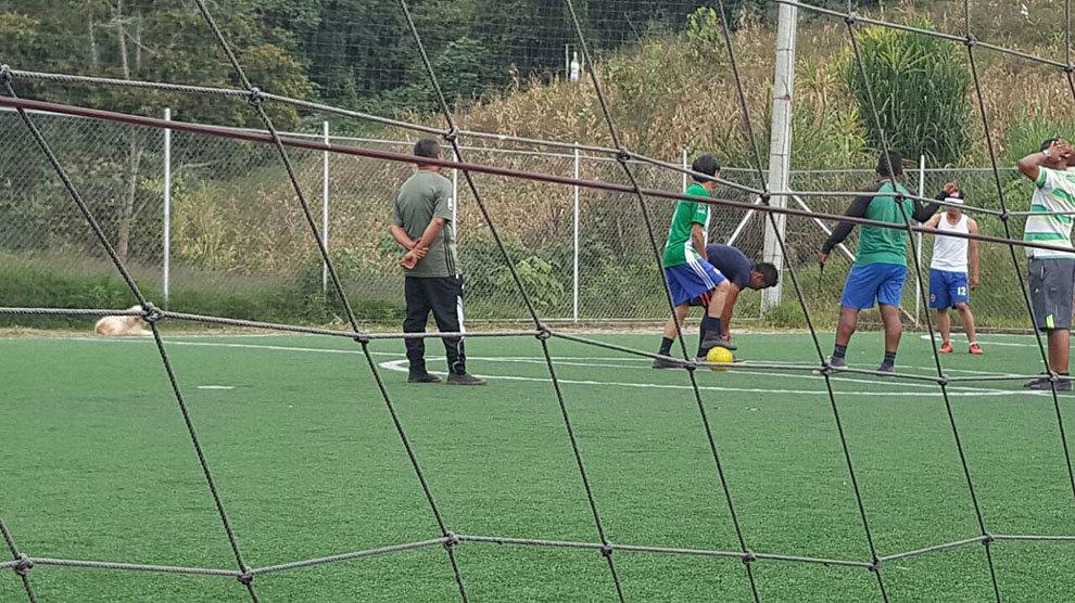 Las farc tienen ya su campo de f tbol con c sped - Cesped artificial colombia ...