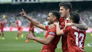 Mercado celebra su gol en el Villamarín con Jovetic y Ben Yedder.
