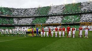 Los jugadores del Betis y el Sevilla posan antes del derbi en el...