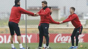 Iborra, Carriço y Vietto, en el entrenamiento de este lunes.