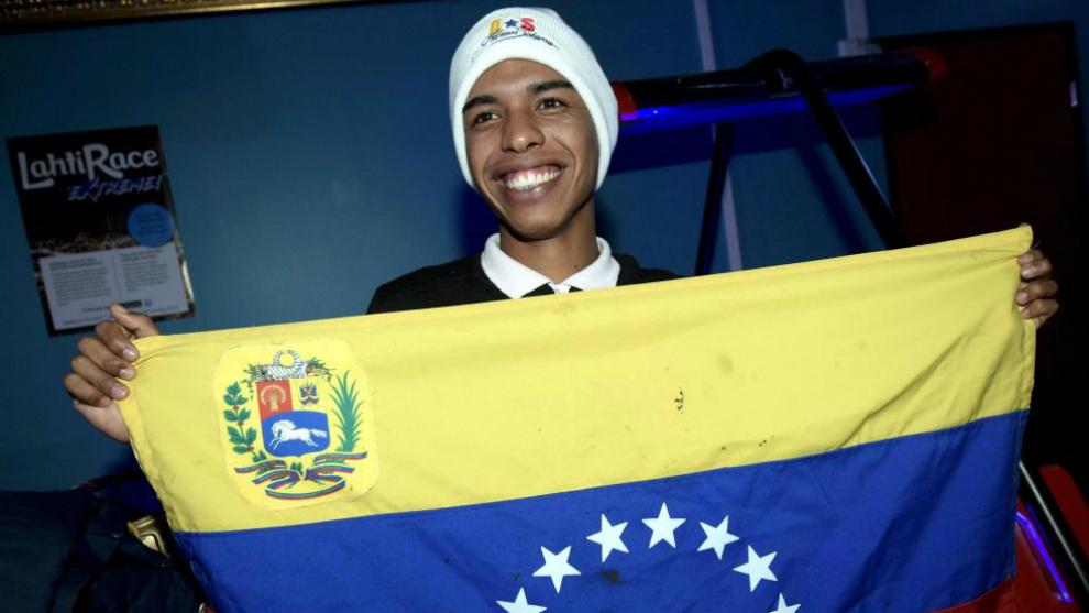 César Solano con la bandera venezolana en Lathi