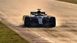 Lewis Hamilton bloqueando las ruedas durante los test