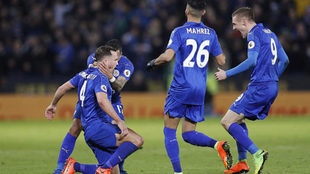 Los jugadores del Leicester celebran el golazo de Drinkwater.