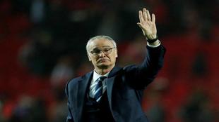 Ranieri saluda al público durante un partido con el Leicester.