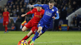 Vardy corre con el balón ante el Liverpool.