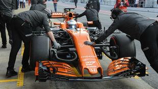Los mec�nicos empujan el McLaren.