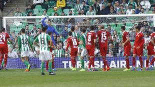 Sergio Rico despeja un bal�n en el Betis-Sevilla.