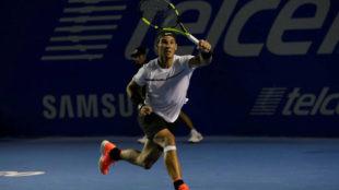 Rafael Nadal luciendo un vendaje en su pierna derecha en su debut en...