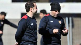 Jorge Sampaoli, junto a uno de sus ayudantes en el entrenamiento de...