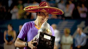 Nadal muerde el trofeo de Acapulco en 2013