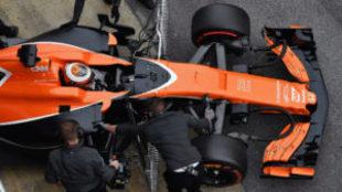 El McLaren de Vandoorne, entrando en boxes