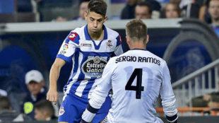 Ramos, con la camiseta de �zil debajo de la suya