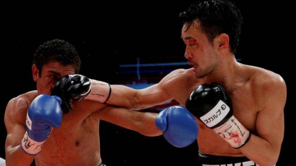 Shinsuke Yamanaka golpea al rostro de Carlos Carlson
