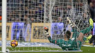 Cu�llar encaja uno de los seis goles en Barcelona.