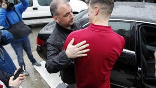 El redactor de MARCA saluda a Torres a la salida del hospital
