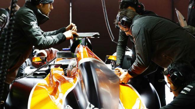Mecánicos e ingenieros de McLaren y Honda rodean a Fernando durante...