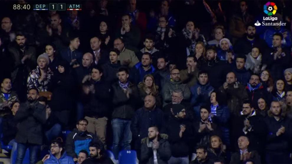 La afición del Deportivo aplaude a Torres cuando era retirado en...