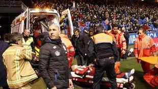 Fernando Torres es trasladado en ambulancia ayer en Riazor.