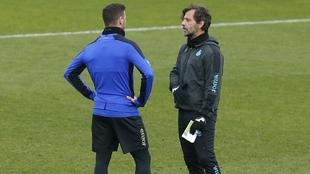 �lvaro V�zquez habla con Quique S�nchez Flores durante un...
