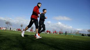 Vitolo corre aparte mientras sus compa�eros entrenan.