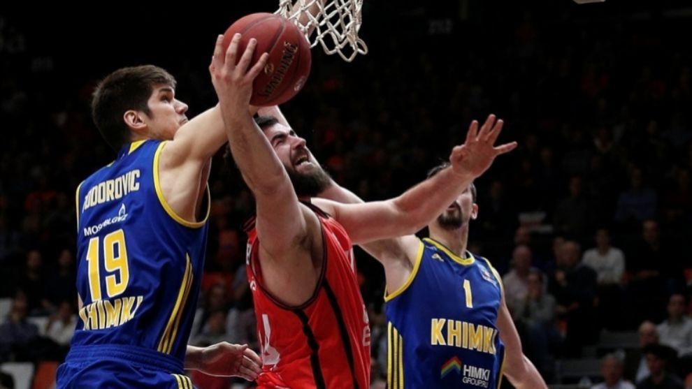 Dubljevic trata de anotar ante la defensa de Todorovic y Shved.