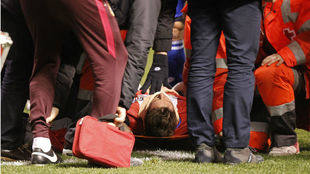 Torres es atendido sobre el terreno de juego de Riazor