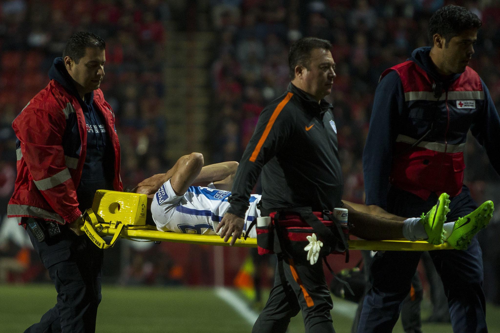 Hirving Lozano resulto lesionado y salió en camilla.