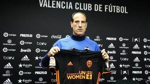 Voro posa con la camiseta de UN-Women que ma�ana lucir� el equipo en...