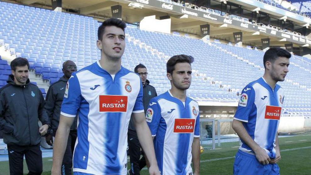 Marc Roca, Melendo y Aarón saltan al césped del RCDE Stadium.