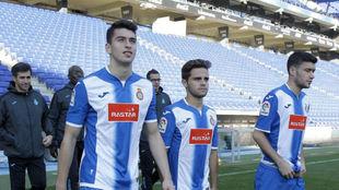 Marc Roca, Melendo y Aar�n saltan al c�sped del RCDE Stadium.