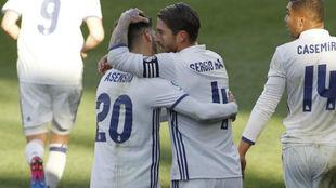 Ramos abraza a Asensio en el partido ante el Eibar