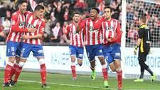 Los jugsdores del Girona celebran con Kiko Olivas el primer tanto al...