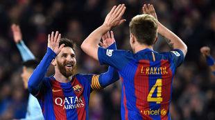 Messi y Rakitic celebran un gol en el Camp Nou.