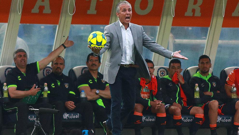 Sergio Bueno reclama durante el partido ante Cruz Azul.