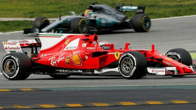 Raikkonen y Hamilton, durante la segunda jornada de entrenamientos en...