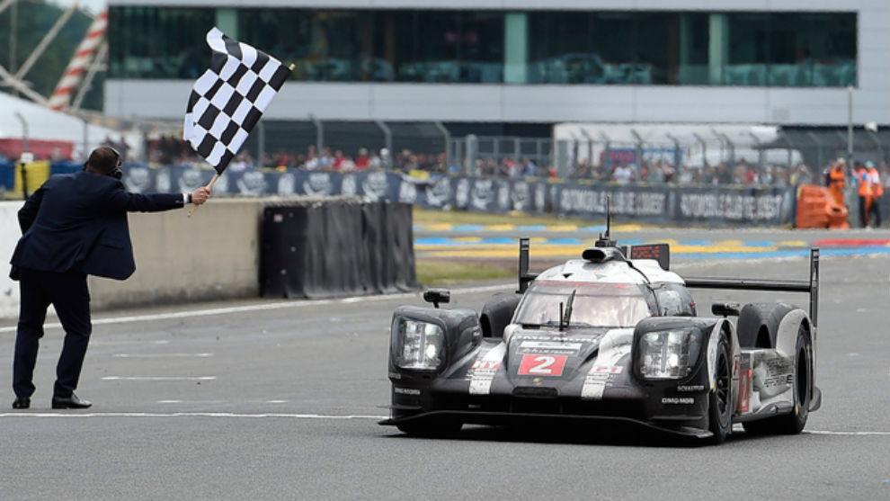 El bólido de Porsche cruzando la línea de meta en Las 24 horas de Le...