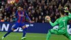 Neymar pica el bal�n delante de Sergio para hacer el 2-0