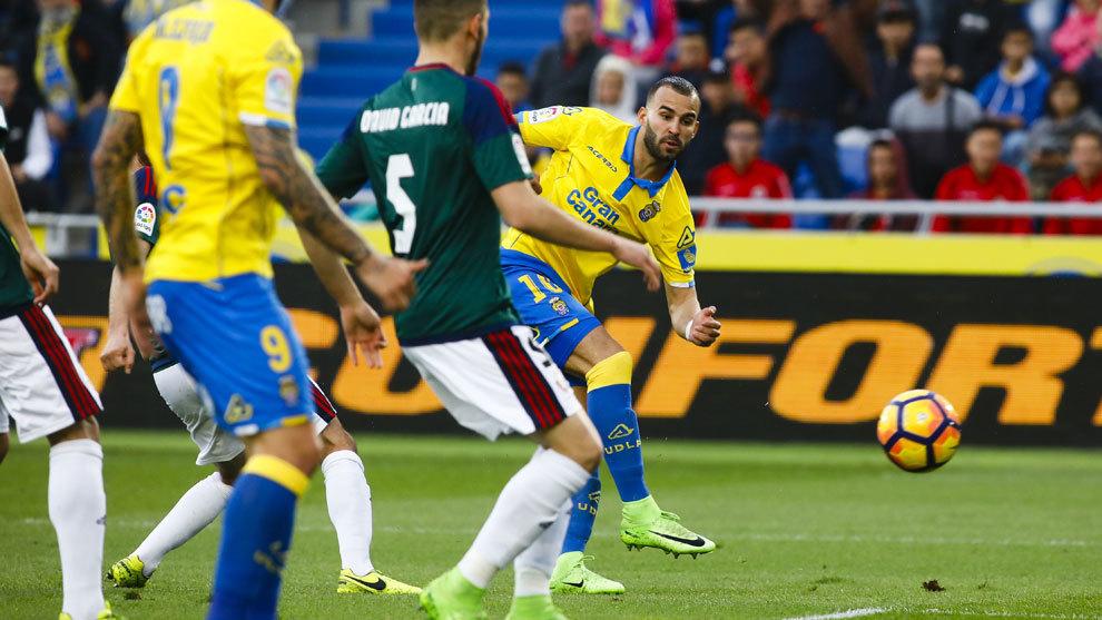 Jesé dispara a gol en el choque ante Osasuna.