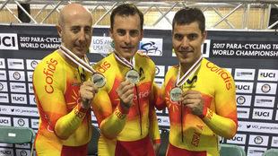 Amador Granados, Pablo Jaramillo y Eduardo Santas posan con su plata...