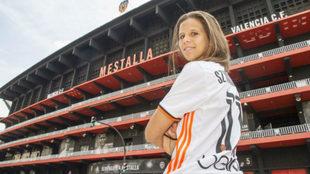 Marianela Szymanowski posa junto al estadio de Mestalla para un...