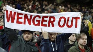 Aficionados del Arsenal muestran en Anfield una pancarta con el lema...