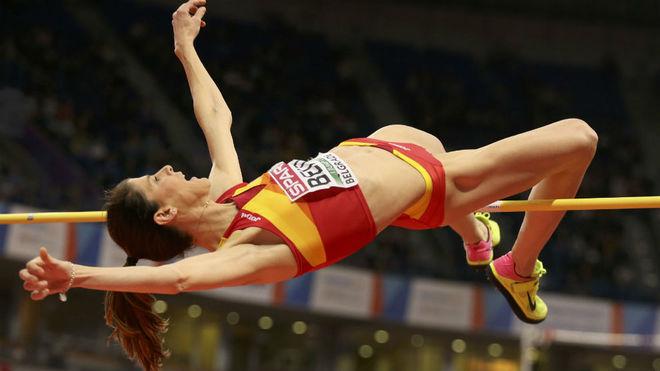Ruth Beitia, durante un salto en los Europeos de pista cubierta