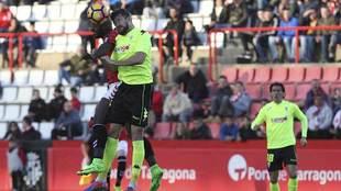 Pedro Ríos, al fondo de la imagen, durante el partido de Tarragona en...