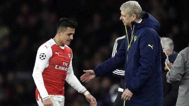 Alexis y Wenger, tras ser sustituido en el partido de Champions ante...