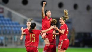 La jugadoras del combinado nacional celebran sobre el césped el...