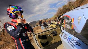 El piloto de Hyundai, en la salida del tramo de pruebas.