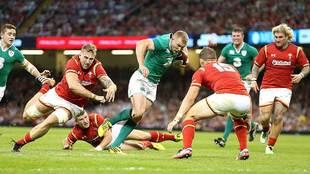 Keith Earls avanza con el oval durante la última visita de Irlanda a...