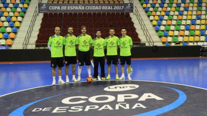 Los jugadores andaluces del Palma Futsal posan sobre la pista azul de...