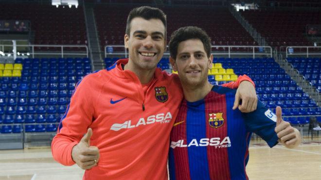 Rafa López posa junto a Sergio Lozano con la camiseta del Barcelona...